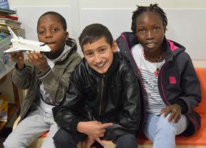 Juwany est en consultation; Uriel, Mohamed et Mamet attendent patiemment leur tour