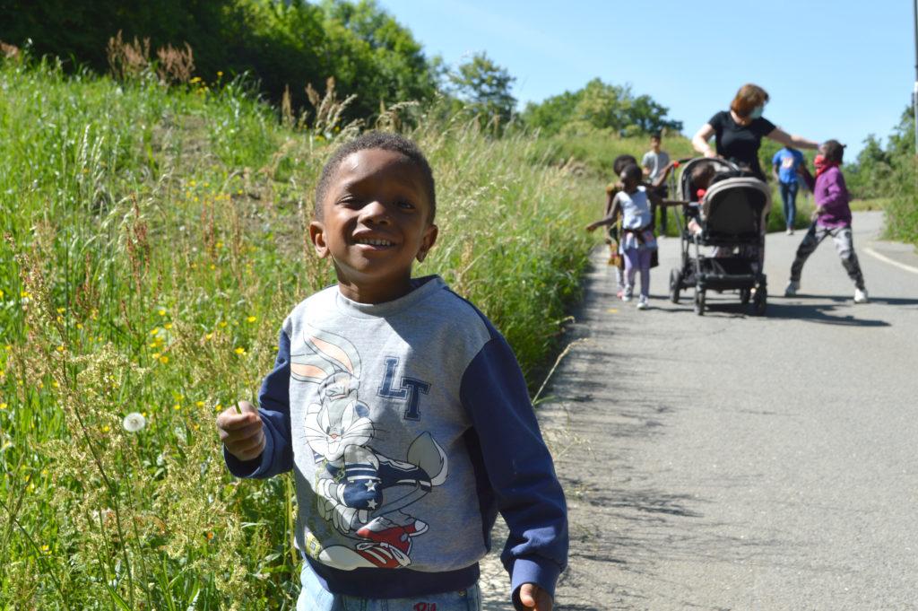 Les enfants profitent du beau temps pour une balade ne plein-air
