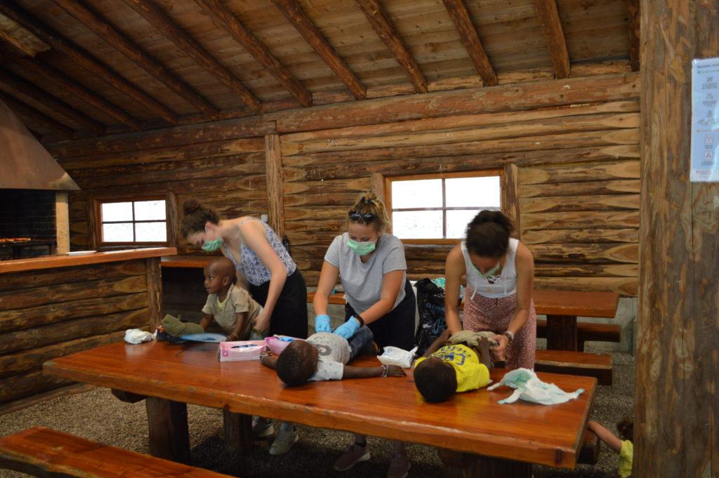 Anaïs, Elisa et Sofia changent les couches au couvert de Charrat