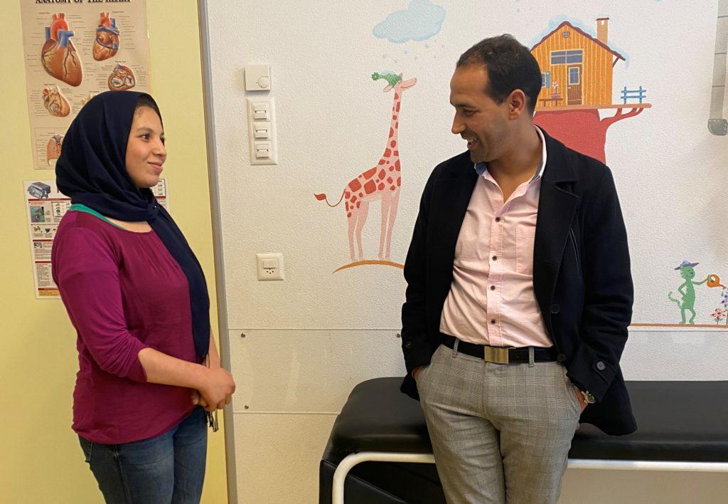 Ismail parle avec Khadija, une jeune pensionnaire à La Maison originaire, elle aussi, du Maroc