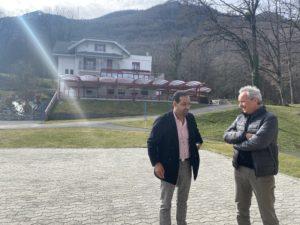 Ismail discute avec Philippe Gex, directeur de La Maison