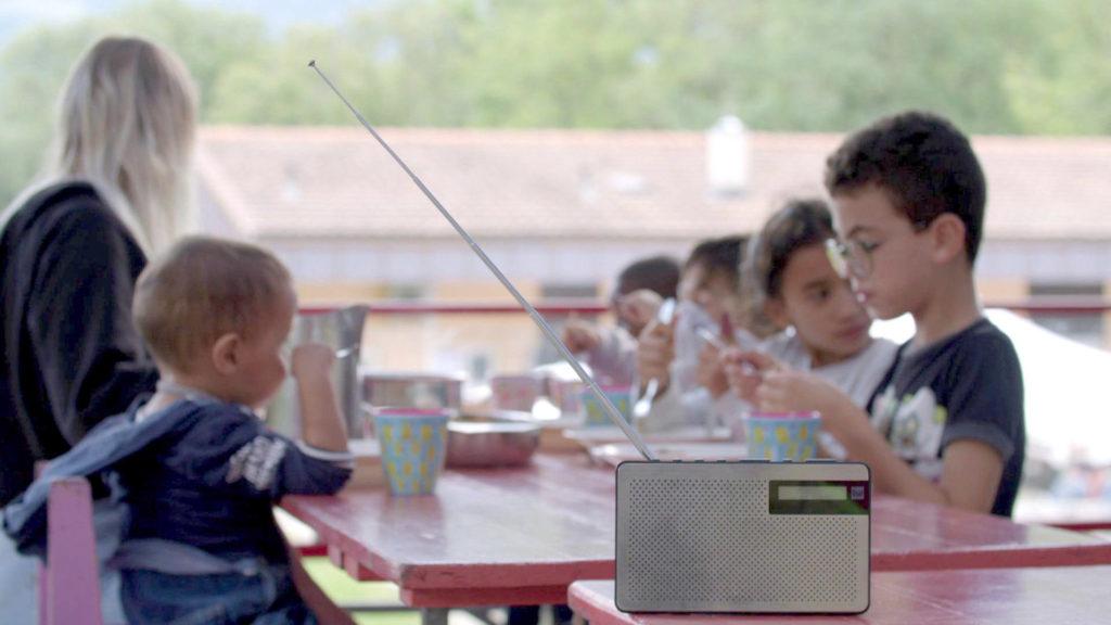 Les enfants autour d'un repas