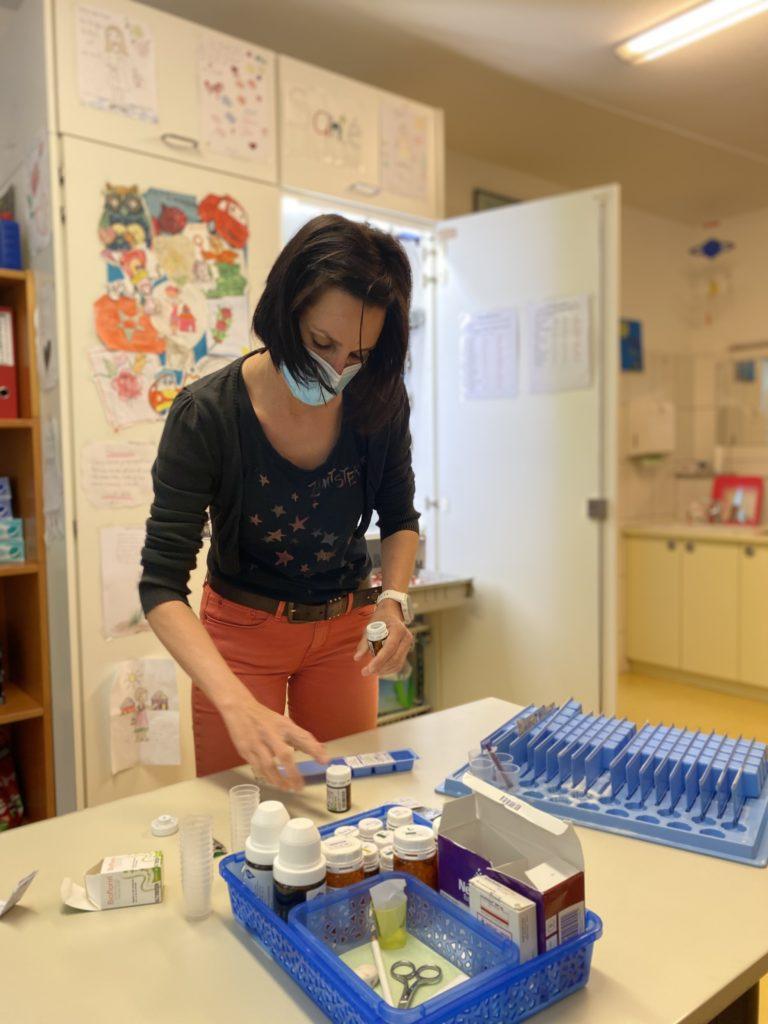 Mélanie, infirmière à La Maison, prépare les médicaments destinés aux enfants